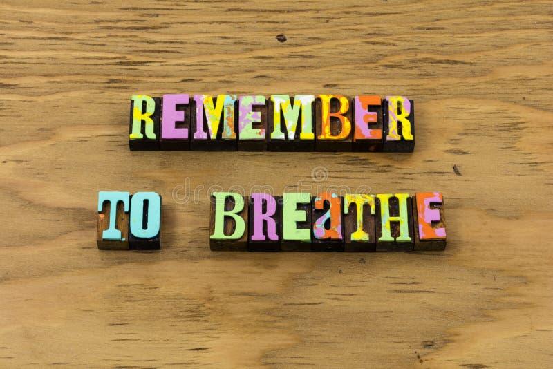 Remember respirare sorriso felice per rilassarsi per godere della citazione dello scritto tipografico immagine stock