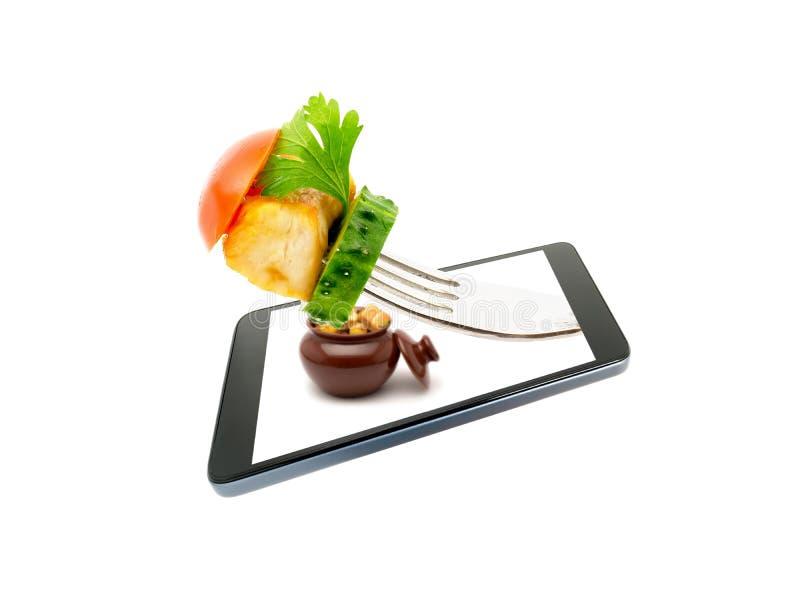 Remende a carne fritada galinha com o close-up dos vegetais que projeta-se, fora da tela de um smartphone isolado em um fundo bra foto de stock