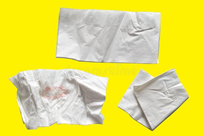 Remende o branco do guardanapo de papel, isolado no fundo amarelo com cl imagens de stock royalty free