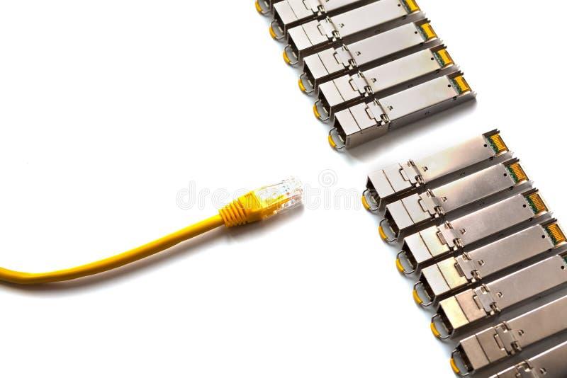 Remendo-cabo Pluggable e amarelo do fatora de formulários pequeno de SFP com o RJ45 para a rede do Lan fotos de stock royalty free