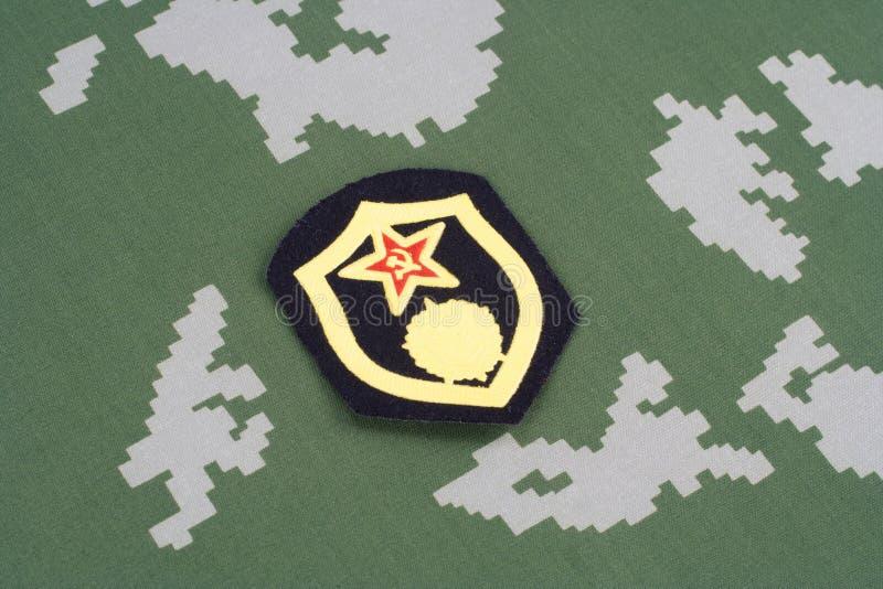 Remendo de ombro químico das tropas do exército soviético no uniforme da camuflagem imagem de stock
