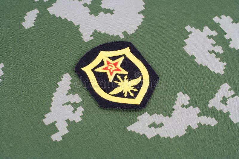 Remendo de ombro soviético das tropas de sinal do exército no uniforme da camuflagem imagem de stock