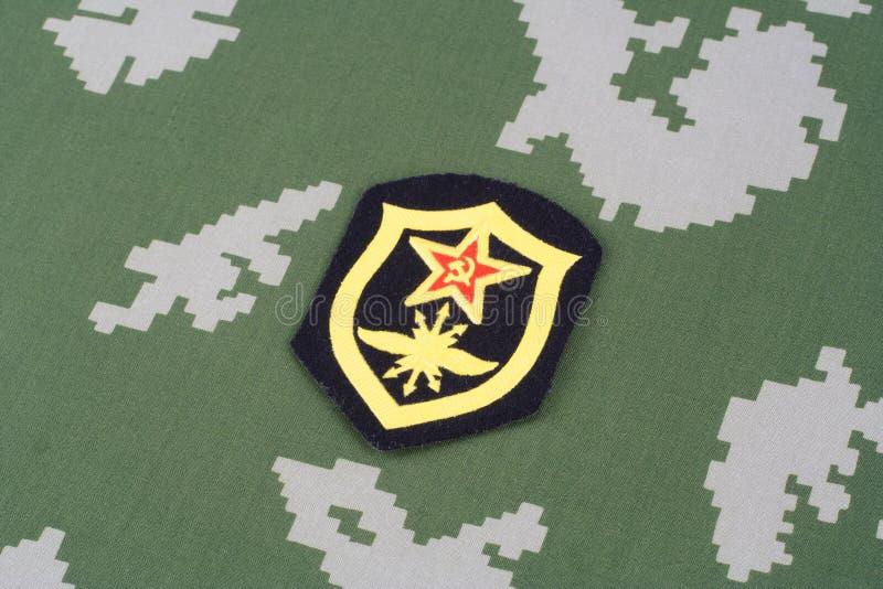 Remendo de ombro soviético das tropas de sinal do exército no uniforme da camuflagem fotografia de stock royalty free