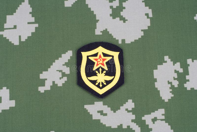 Remendo de ombro soviético das tropas de sinal do exército no uniforme da camuflagem imagens de stock royalty free