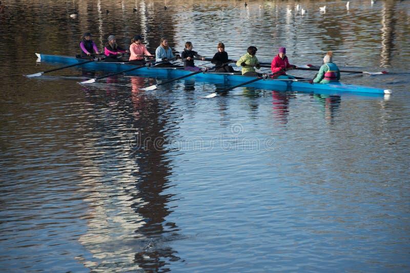 Remeros de las mujeres en el entrenamiento para la regata en Stratford sobre Avon imagenes de archivo