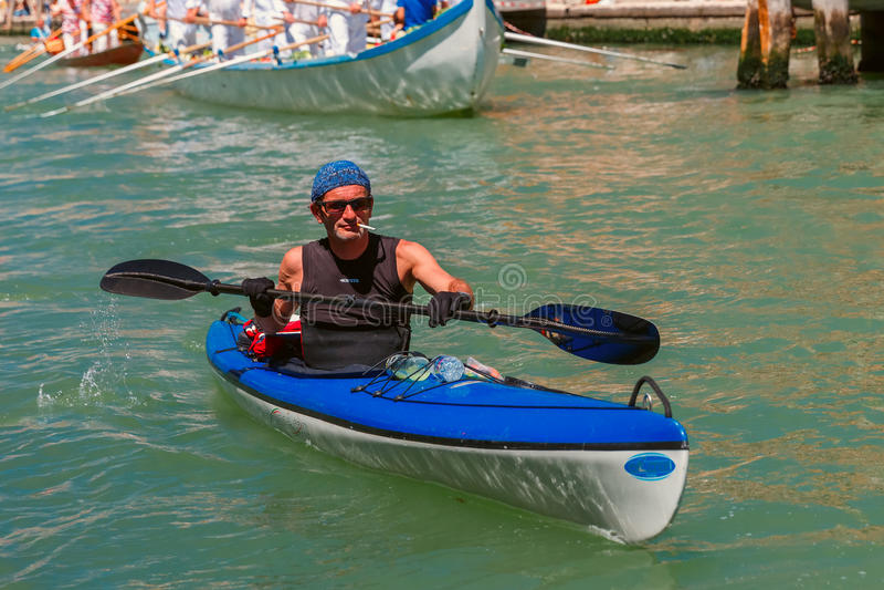 Remeros en la regata de Venecia Vogalonga, Italia foto de archivo
