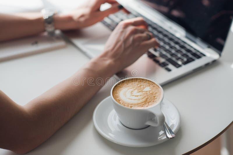 Remet la femme multitâche travaillant à l'Internet se reliant de wifi d'ordinateur portable, main d'homme d'affaires occupée util photos libres de droits