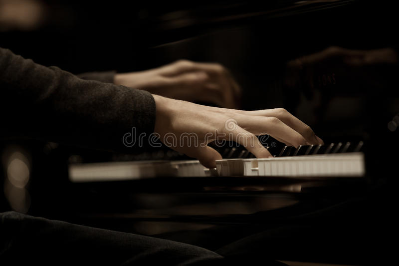 Remet le musicien jouant le piano photo stock