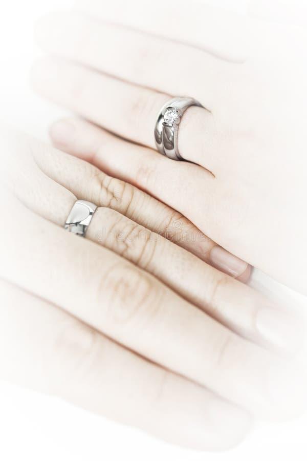 Remet les boucles de mariage s'usantes photos stock