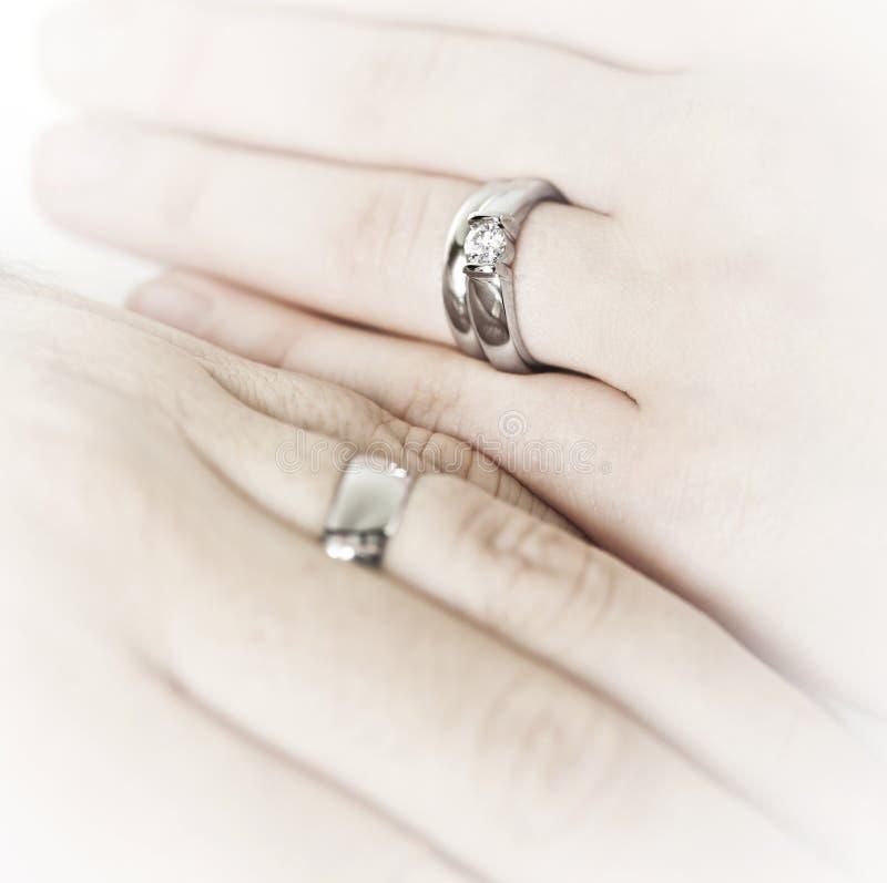 Remet les boucles de mariage s'usantes photographie stock libre de droits