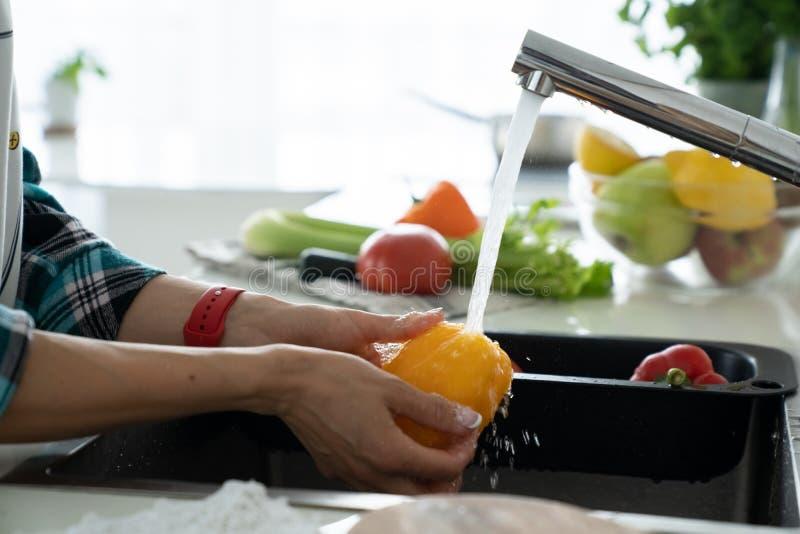 Remet les légumes de lavage de femme Préparation de salade fraîche photos stock