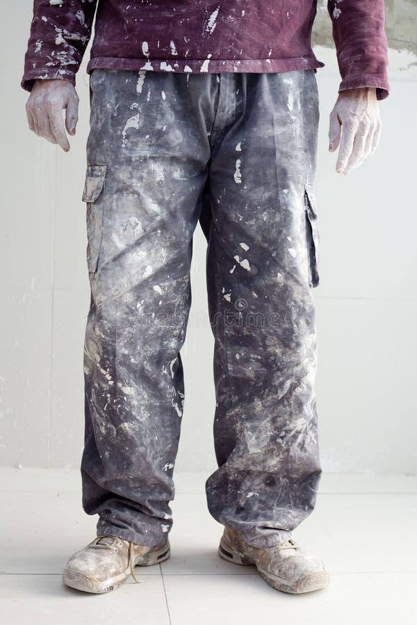 Remet les pantalons modifiés de plâtrer l'homme de peintre images stock