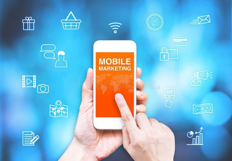 Remettez à contact le téléphone intelligent avec le mot et l'icône mobiles de vente avec photographie stock libre de droits