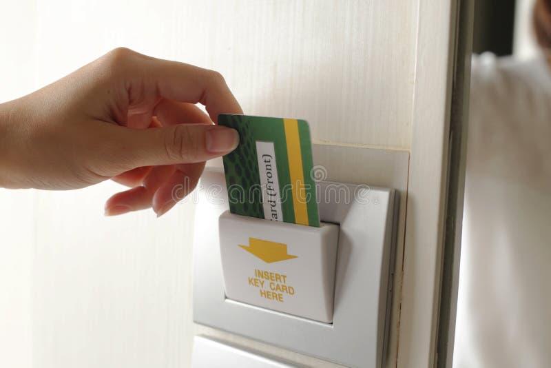 Remettez à pièce d'insertion la carte principale sur la porte d'hôtel images libres de droits