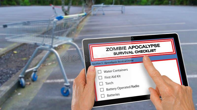 Remettez accomplir la liste de contrôle de survie d'apocalypse de zombi sur un comprimé d'ordinateur - devant le carpark vide de  images libres de droits