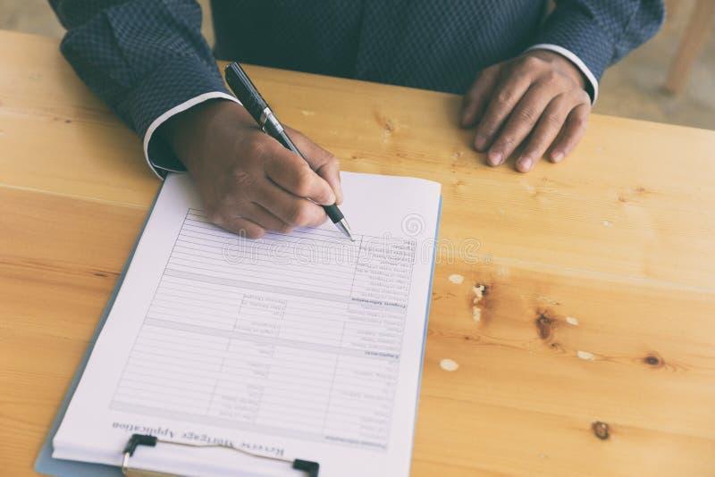 remettez complètent l'application inverse de prêt hypothécaire sur un presse-papiers photographie stock