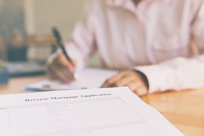 remettez complètent l'application inverse de prêt hypothécaire sur un presse-papiers photos libres de droits