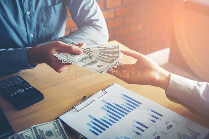 Remettez donner des billets d'un dollar d'Etats-Unis d'argent, main recevant le MOIS image stock