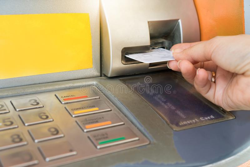 Remettez insérer la carte de distributeur bancaire dans la machine de banque images libres de droits