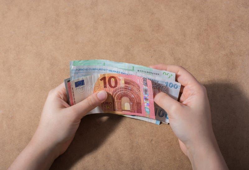 Remettez juger le dollar américain d'isolement sur le fond en bois images stock
