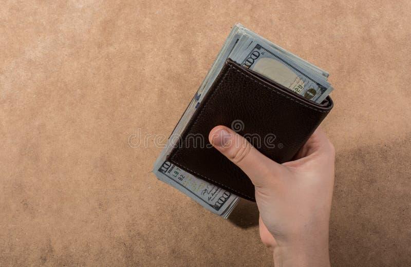 Remettez juger le dollar américain d'isolement sur le fond en bois photo libre de droits