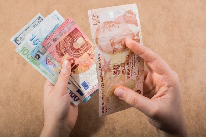 Remettez juger le dollar américain d'isolement sur le fond en bois image libre de droits