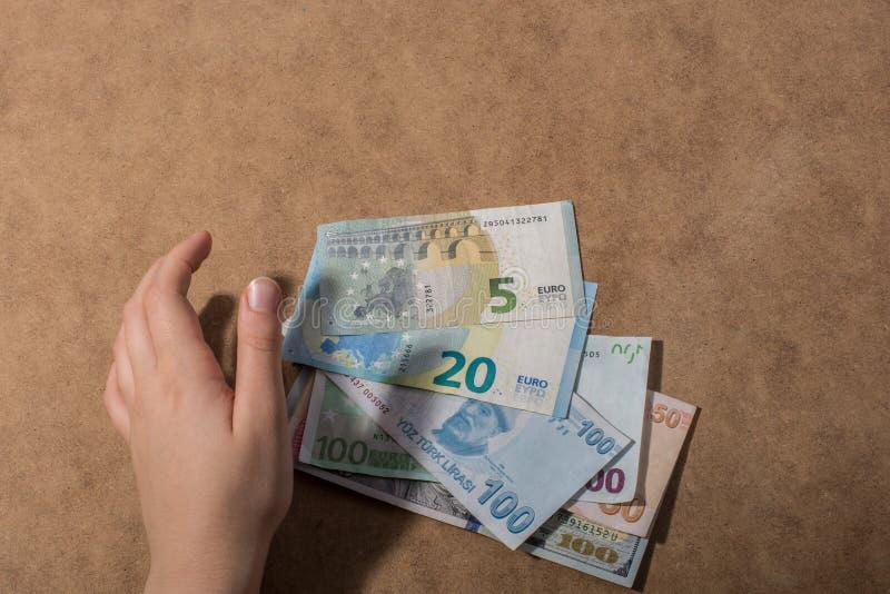 Remettez juger le dollar américain d'isolement sur le fond en bois image stock