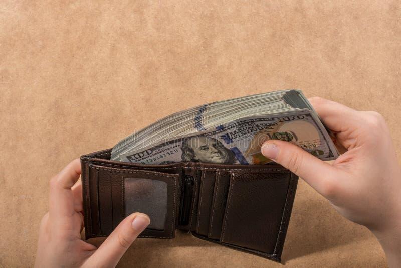 Remettez juger le dollar américain d'isolement sur le fond en bois photos libres de droits