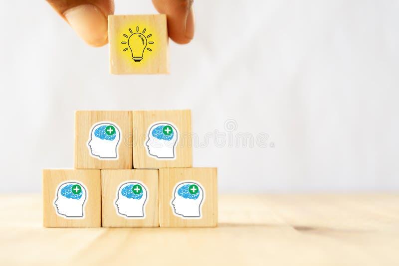 Remettez l'essai d'homme pour tirer ou mettre une idée après que l'équipe de pensée positive soient échange d'idées, réunion, dis photographie stock