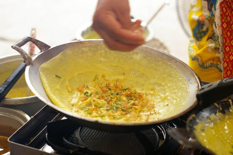 Remettez l'omelette croustillante bourrée par Vietnamien faite d'essai photo stock