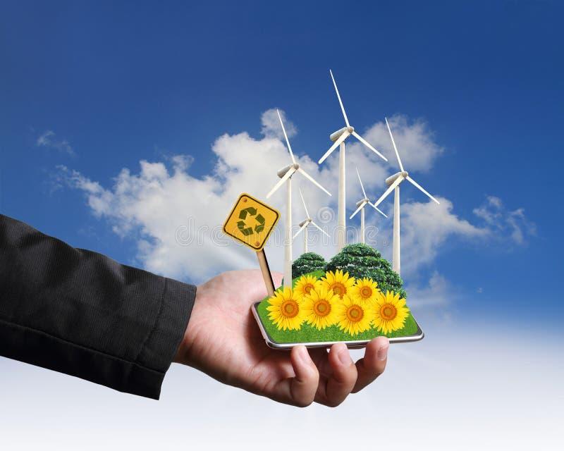 Remettez la fixation avec le concept d'eco de ferme de turbines de vent photo stock