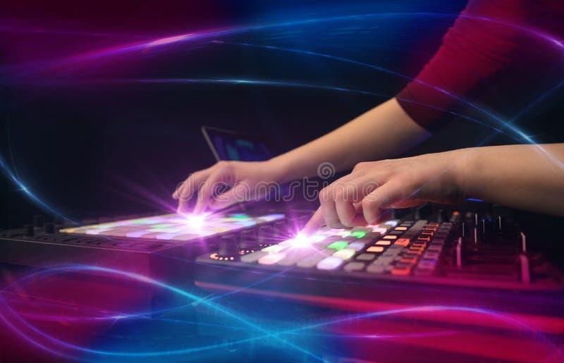 Remettez la musique de mélange sur le contrôleur du DJ avec le concept de vibe de vague photo libre de droits