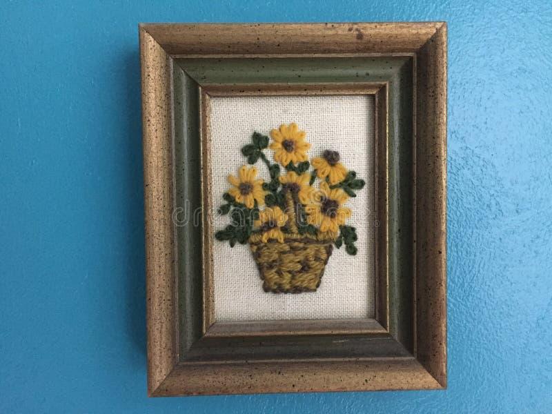 Remettez la photo ouvrée de laine à tapisserie d'un panier des tournesols photos libres de droits
