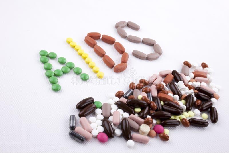 Remettez le concept de soins médicaux d'inspiration de légende des textes d'écriture écrit avec le SIDA de mot de capsule de drog photos stock
