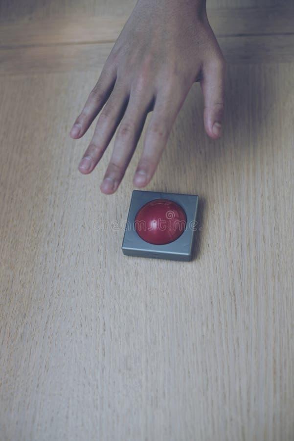 remettez le grippage pour le bouton rouge sur la table en bois photographie stock libre de droits