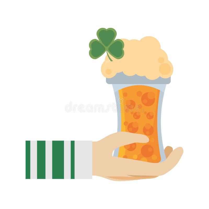 remettez le lutin tenant le jour en verre de patricks de St de bière illustration de vecteur