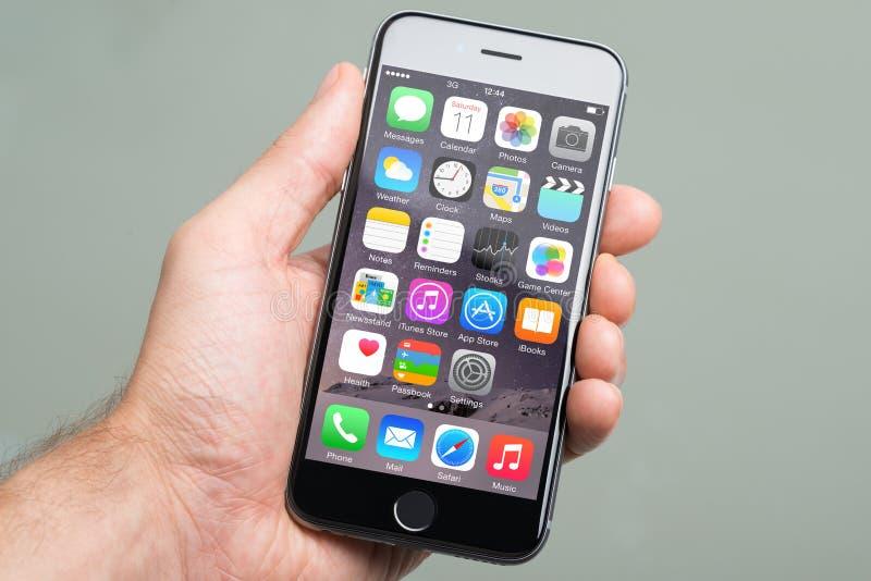 Remettez tenir Apple iPhone6 avec divers Apps sur l'écran images stock