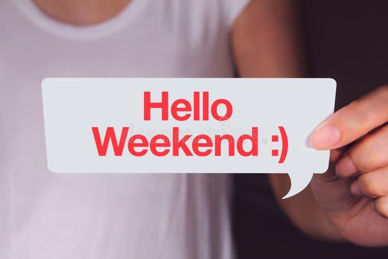 Remettez tenir la bulle blanche d'entretien et montrer des mots de week-end de bonjour photo stock