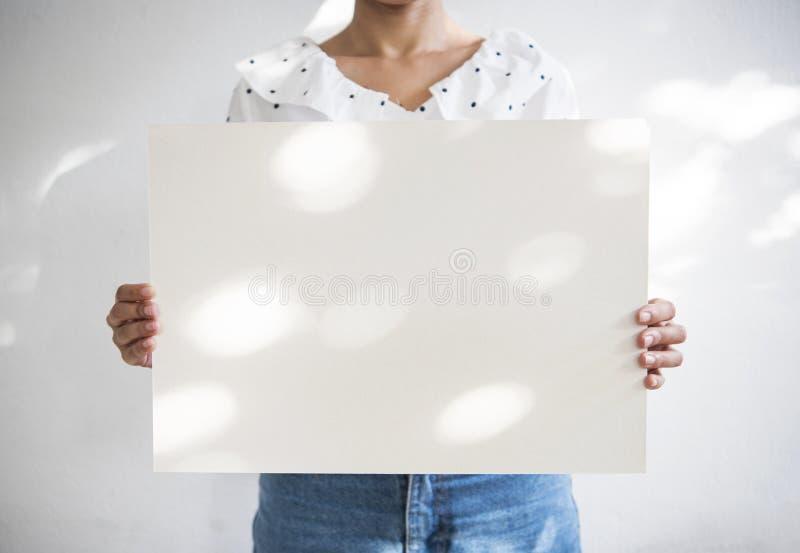 Remettez tenir la vue blanche vide de photo avec la lumière du soleil pour la conception photo stock