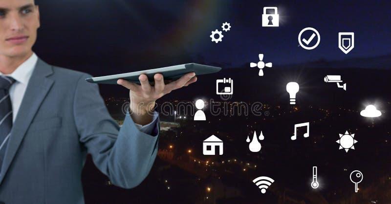 Remettez tenir le comprimé avec l'interface d'icônes de l'Internet des choses image libre de droits