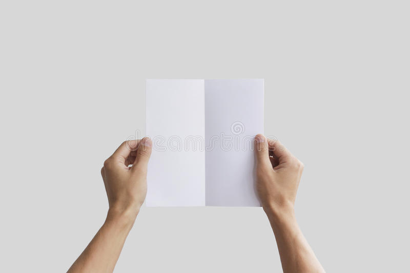 Remettez tenir le livret vide de brochure dans la main Présentation de tract Homme de main de brochure Papier excentré d'expositi image libre de droits