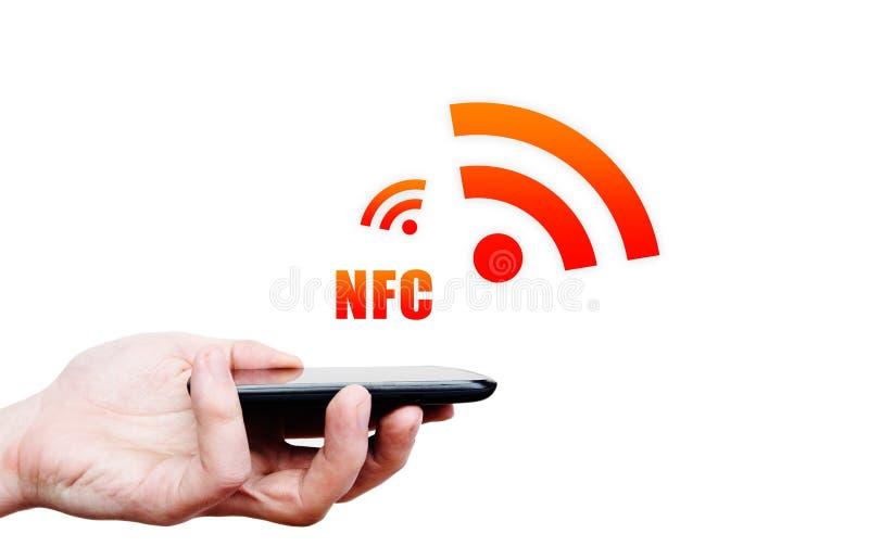 Remettez tenir le smartphone avec la technologie de NFC - près du communi de champ images libres de droits