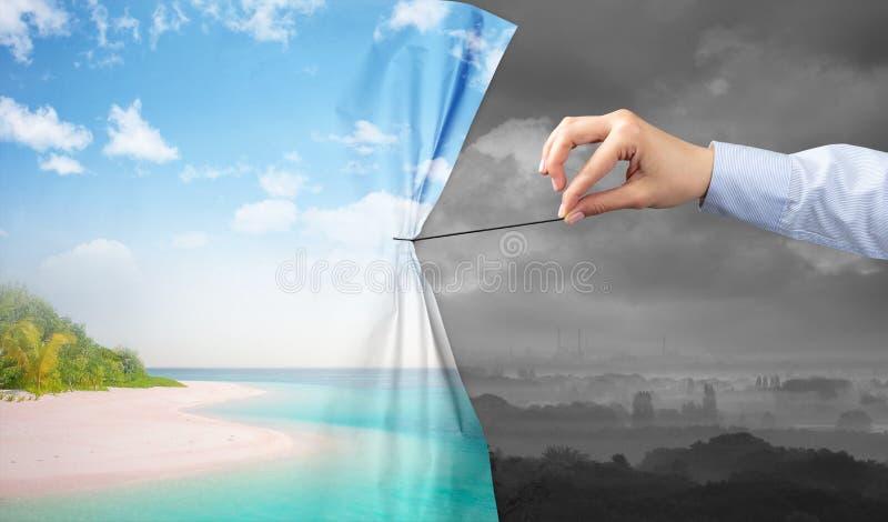 Remettez tirer le rideau vert en paysage au paysage gris image stock