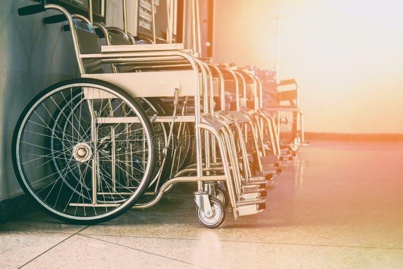 Remi le sedie a rotelle nell'ospedale, sedie a rotelle che aspettano i servizi pazienti fotografia stock libera da diritti