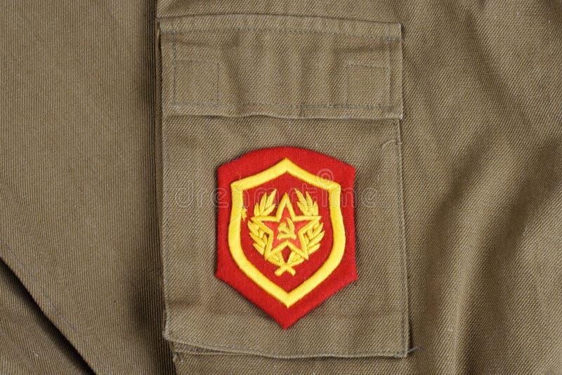 Remiendo de hombro soviético de la infantería mecanizada del ejército en el uniforme de color caqui imagenes de archivo