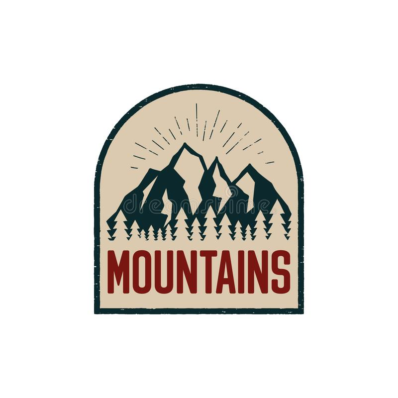 Remiendo exhausto con las montañas, emblema del logotipo de la aventura de la mano del vintage del campo del aire libre del bosqu stock de ilustración
