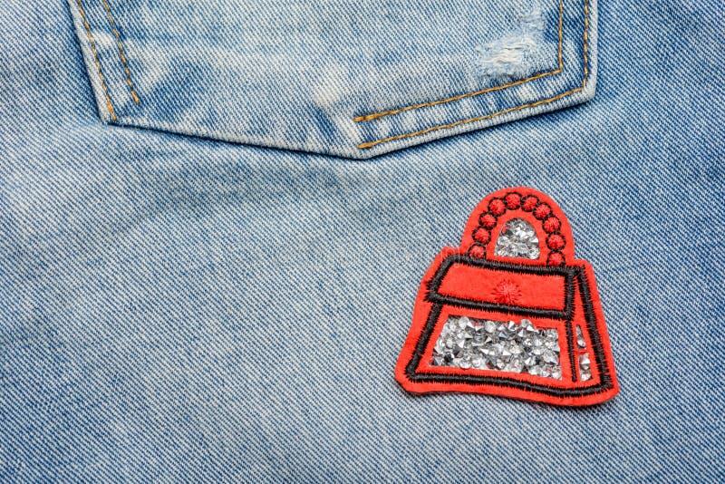 Remiendo rojo del bolso con los diamantes artificiales fotos de archivo