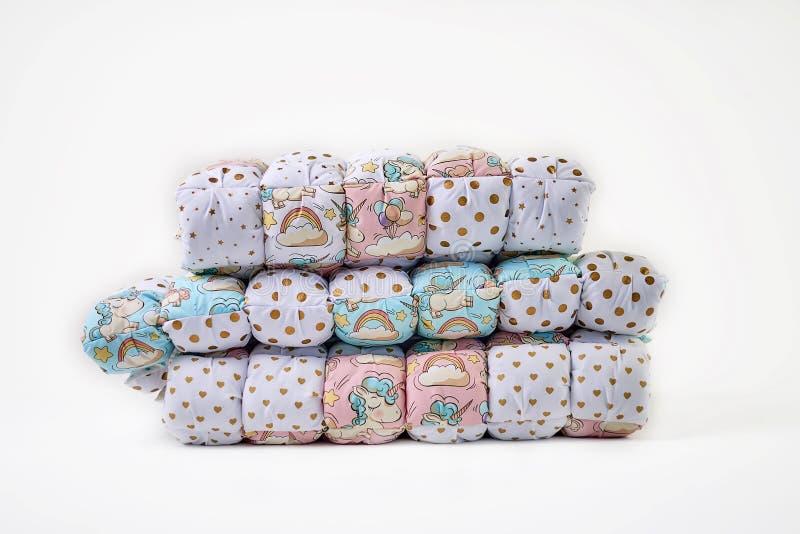Remiendo y concepto de la moda - pila hermosa de edredones coloridos, colchas apiladas en varias filas en la altura para el almac fotos de archivo