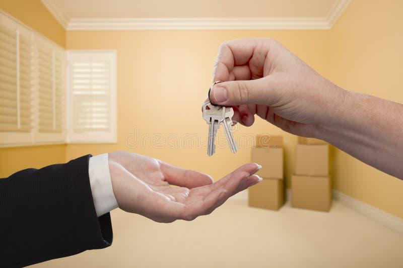 Remise des clés de Chambre à l'intérieur de la pièce vide photo stock