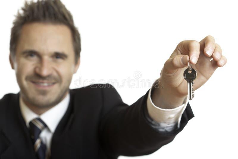 Remise des clés de maison par l'homme d'affaires photos stock